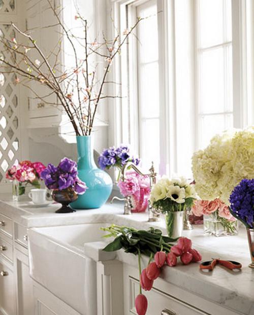 Kệ trang trí quyến rũ nhờ hoa và cây xanh